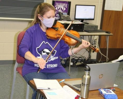 Ms. Diane Rosenthal leads her online students during an orchestra class.